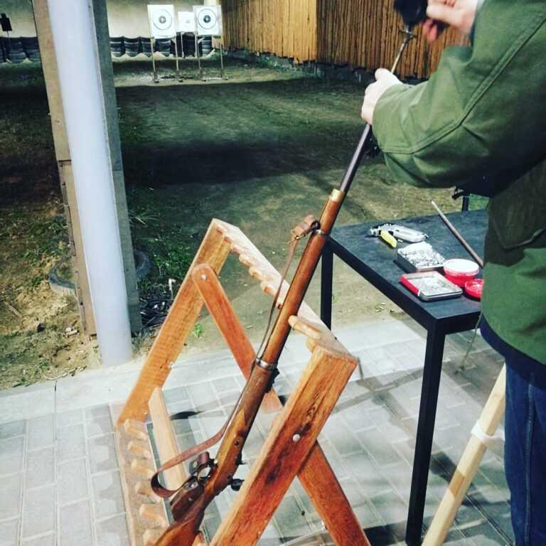 Strzelnica Czarnoprochowa - ładowanie broni